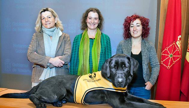 Gema Botín, Inés Francés y Iosune Azpiroz, con el perro Balú.