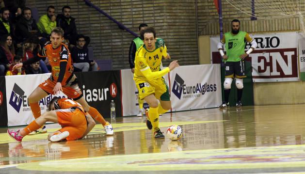 El jugador del Aspil-Vidal Pedro, por los suelos tras un regate de Alan Brandi, de Jaén.