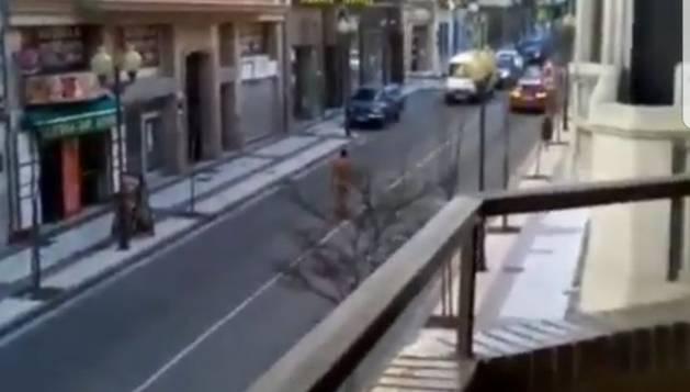 El hombre, desnudo, por el centro de la calzada en la avenida de Zaragoza de Tudela.