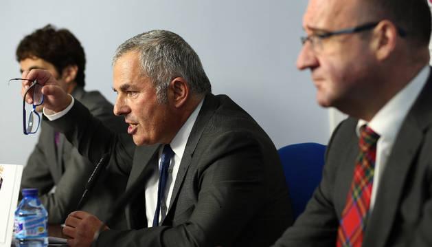 Canal durante su comparecencia, acompañado de los abogados de la Junta Electoral: Fernando Isasi y Eugenio Salinas.