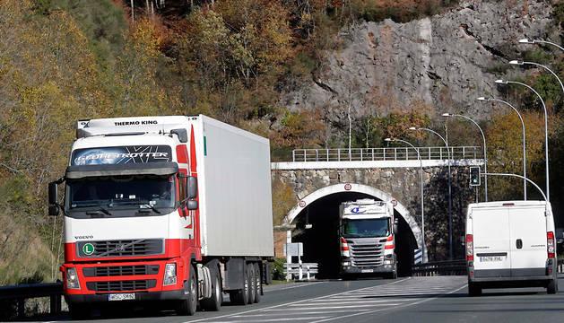 Tráfico en los túneles de Belate, en la N.-121.