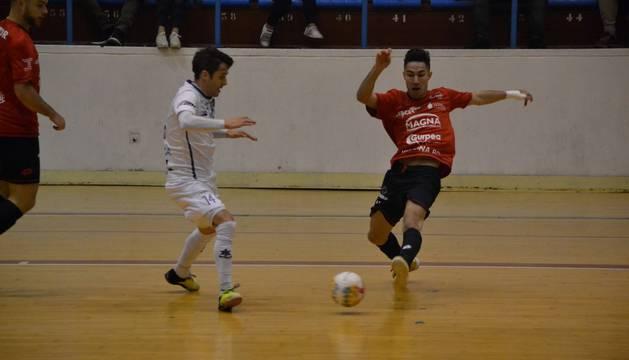 El jugador de Osasuna Magna Álex Llamas busca la pelea de la pelota ante su rival del O Parrulo Miguel.