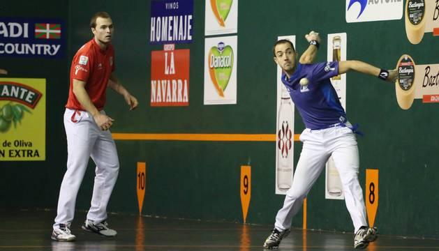 David Merino se dispone a golpear la pelota ante la mirada de Andoni Aretxabaleta ayer en Urretxu.