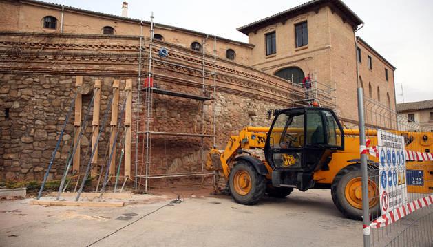 Una imagen de los trabajos que se llevan a cabo en la muralla del castillo de Cortes para eliminar las grietas aparecidas en el muro.
