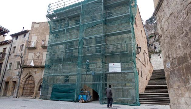 Imagen del antiguo ayuntamiento de Estella, en plena obra de reforma.