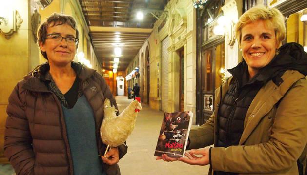 Imagen de Maitina Gutiérrez Cuenca, con una gallina de plástico adquirida en un viaje a Camerún, y la autora del libro, Mar Del Rey Gómez-Morata, en Pamplona antes de presentar la obra en la librería Auzolan.