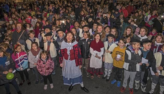 La profesora Inma Lopetegui, de Lizarra Ikastola, con sus alumnos. Detrás, otros participantes en la plaza de los Fueros de Estella.