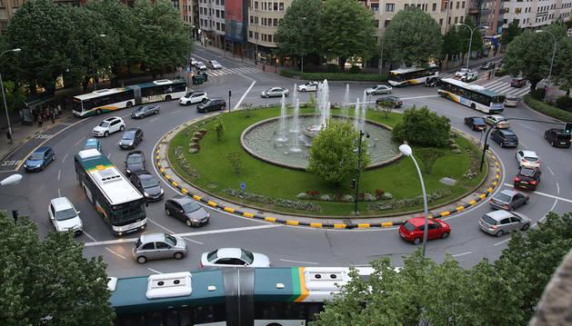 Imagen de tráfico en la plaza Príncipe de Viana de Pamplona, con cinco villavesas en la rotonda.