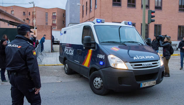 El furgón policial que traslada a los tres acusados, a su salida del Palacio de Justicia de Aranda de Duero