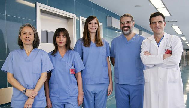 De izquierda a derecha, los doctores Amaya Zornoza, Sara Aguirre, Natalia Abian, Oren Tarrio y Juan Carlos Muruzábal, del Servicio de Obstetricia y Ginecología.