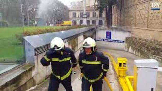 Arde un coche en el parking Rincón de la Aduana de Pamplona