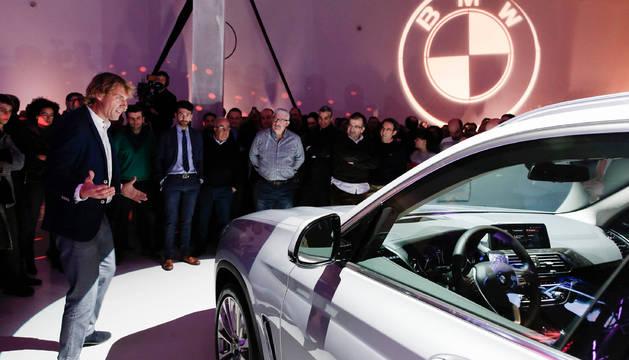 DESPLIEGUE AUDIOVISUAL. Luis Miguel García, nuevo CEO de BMW Archueta, y el popular presentador Julian Iantzi.
