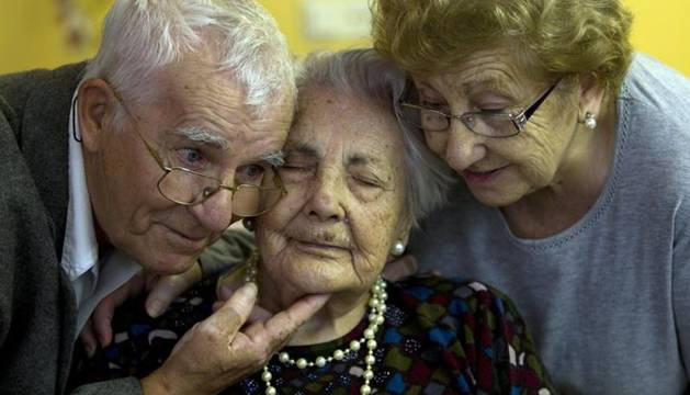 Ana Vela -en el centro de la imagen-, la anciana más longeva de España.
