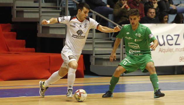 El cierre del Santiago Futsal, Armando, conduce el balón ante la presión del debutante Íñigo Iribarren, de Osasuna Magna.