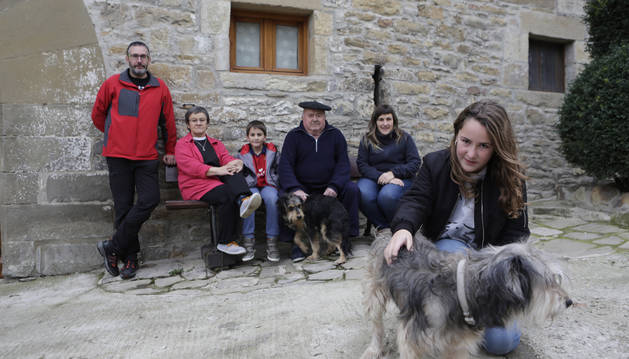 Desde la izquierda, en la casa familiar, José Javier Cemboráin, Mari Carmen Gorriz, Urko Cemboráin, Mateo Equísoain con el perro 'Inaxio'; Amaia Equísoain y, en primer término, Aratz Cemboráin, y 'Aska'.