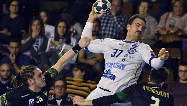 El central Costoya del Abanca Ademar contra la defensa del Anaitasuna, en la segunda semifinal de la Copa ASOBAL, esta tarde en León