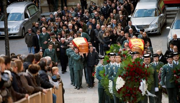 Aplausos y lágrimas en la despedida a guardias civiles asesinados en Teruel