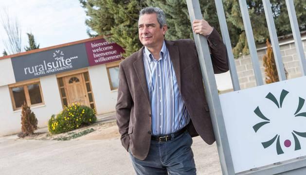 El empresario Paco Irízar Fernández posa delante de su negocio, RuralSuite, en Cascante.