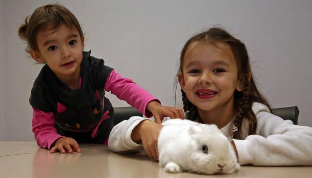 Sayoa, a la izquierda, y Nahia González Aróstegui con su mascota, Budy, una coneja enana de cuatro años.