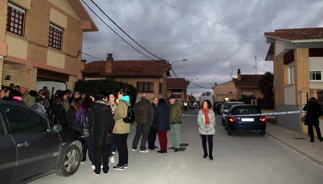 Vecinos de Cintruénigo se congregaron consternados junto a la vivienda del suceso tras conocer la ocurrido.