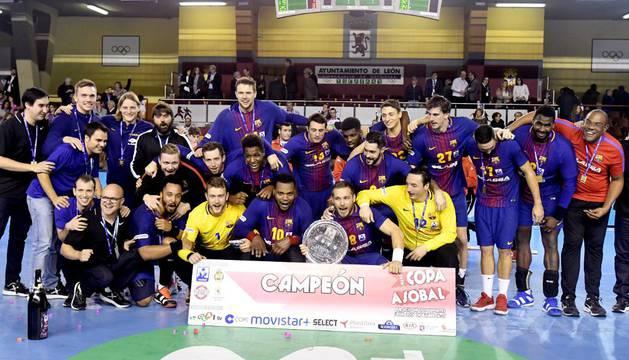 La plantilla del Barcelona Lassa posa con el trofeo de campeón de la Copa ASOBAL