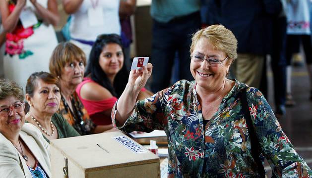 La Presidenta chilena, Michelle Bachelet , emite su voto en La Comuna