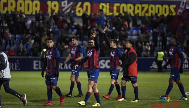 Los jugadores del Huesca se despiden de su afición tras su victoria contra el Lugo