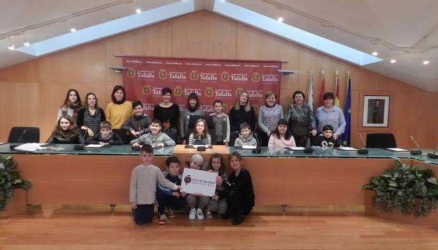 Imagen de representantes municipales, personal docente y alumnos de los tres colegios de Tafalla presentando este lunes la iniciativa.