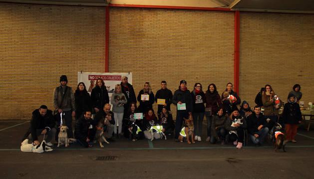 Imagen de miembros de las seis asociaciones participantes en el encuentro celebrado en Tudela posaron junto a varias de las mascotas en la antigua estación de autobuses de Tudela.