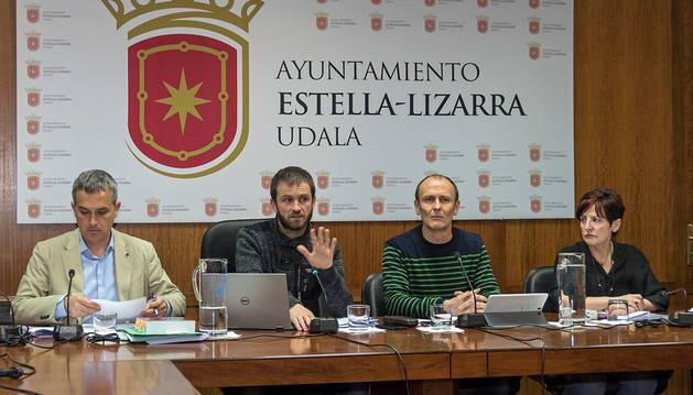 Imagen de parte del grupo municipal de Bildu, en un pleno de Estella.