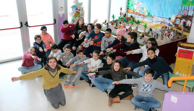 Imagen de Celia Zamora, a la izquierda, con un jersey ocre, junto a sus compañeros de clase del colegio Griseras.