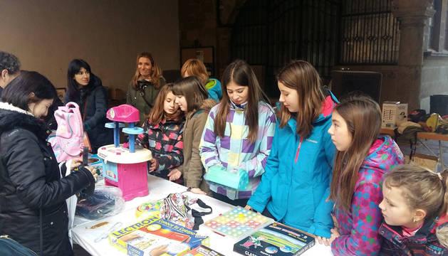 Imagen de un grupo de alumnas de la ikastola, en el mercadillo del sábado.