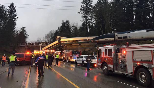 Imagen del tren sobre la autopista en el Estado de Washington.