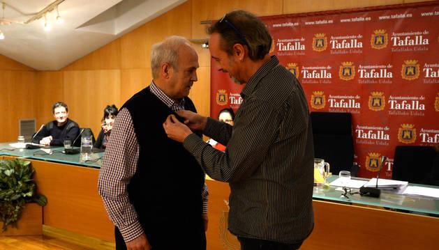 Imagen del alcalde impuso a Jacinto Goñi la insignia de Tafalla.