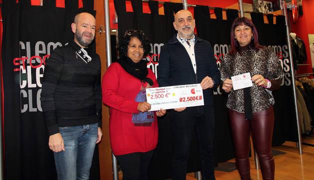 ENTREGA DEL PREMIO De izda. a dcha., Luis Miguel Ruiz, la ganadora Luz del Alba Jiménez, Jesús Clemos y Anabel García.