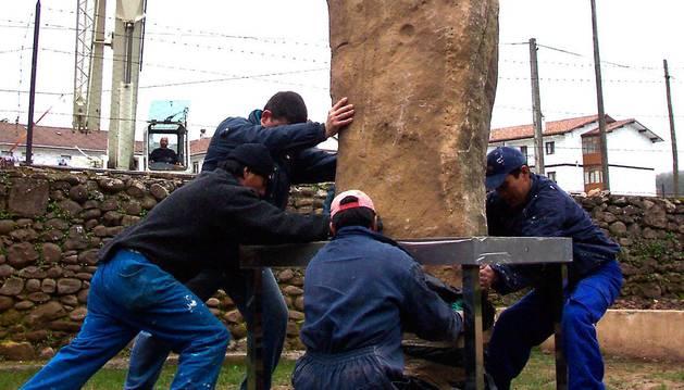 Operación de colocación de la estela-menhir en Elizondo en 2004.