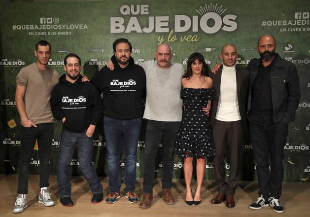 En la imagen, de izquierda a derecha: Joel Bosqued, José Montilla 'El Langui', el director Curro Velázquez, Karra Elejalde, Macarena García y Alain Hernández en el estreno de la película 'Que baje Dios y lo vea'.