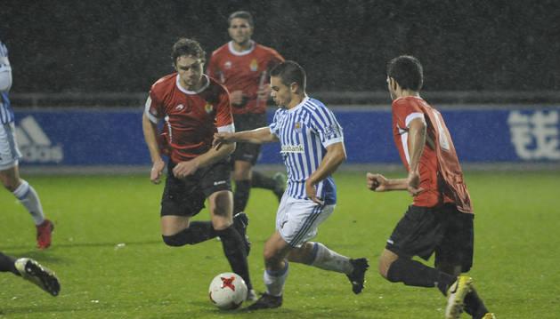 Ceberio y Mario presionan a un rival de la Real Sociedad.