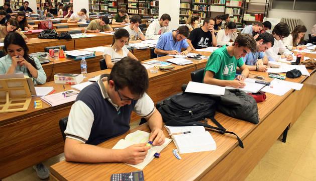 Estudiantes en la biblioteca de la Universidad de Navarra.