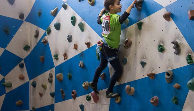 Uno de los jóvenes escaladores participantes en el Encuentro Interescolar, en una de las zonas de escalada en bloque o búlder (sin cuerda) con las que cuenta el centro Rocópolis.