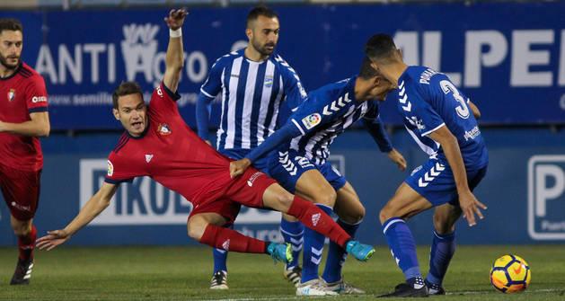 David Rodríguez cae al suelo agarrado por un jugador del Lorca.