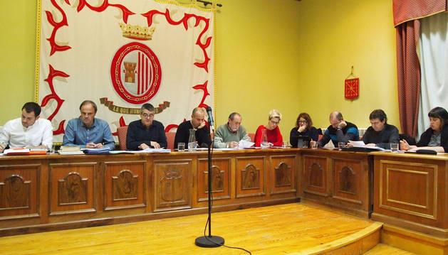 Tres personas siguieron como público el pleno del martes, en el que faltó la edil Marta Sola (AISS).