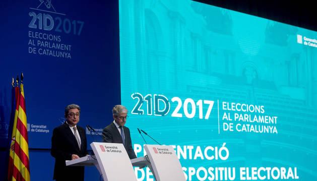 Imagen del delegado del Gobierno en Cataluña Enric Millo (izquierda) y el secretario general técnico del Ministerio del Interior, Juan Antonio Puigserver (derecha) explicando el operativo para el 21-D.