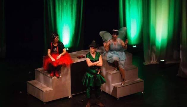 De izq. a dcha: Maitane Pérez (Wendy), Laura Villanueva (Peter Pan) y Nerea Bonito (Campanilla).