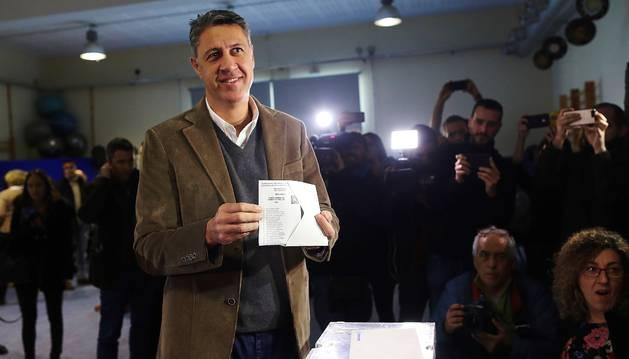 Xavier García Albiol, cabeza de lista a la presidencia de la Generalitat por el PPC, vota en la Escola Lola Anglada en la ciudad de Badalona.