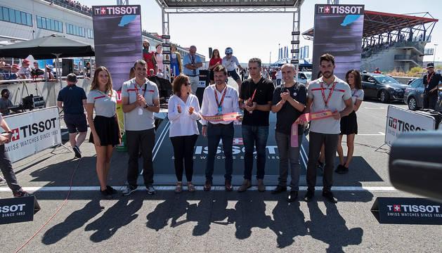 foto de Los responsables del Circuito de Navarra y de la Vuelta a España, con Induráin en el corte de la cinta.