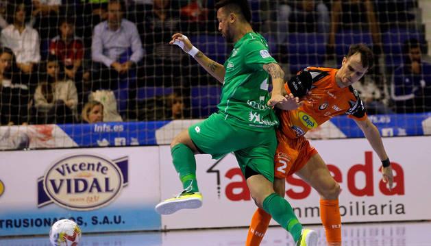 foto de Araça trata de salir de la presión de David, en el pasado derbi navarro disputado en Anaitasuna.