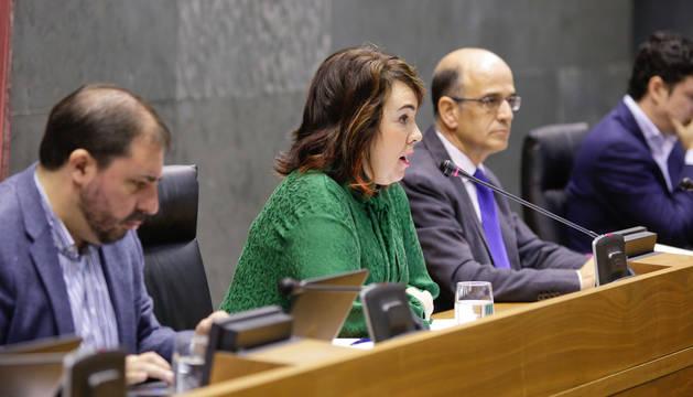Ainhoa Aznárez, en la Mesa del Parlamento de Navarra.