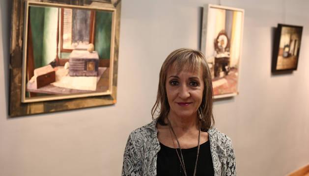 Pili Rípodas, ante algunos de los cuadros que componen la exposición Abandonos y Tiempos en la galería pamplonesa.