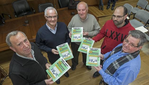 Desde la izquierda, Jesús Garín Fernández, Patxi Pascual Piérola, José Torrecilla Iturmendi, Haritz Crespo Leoné e Ignacio Sanz de Galdeano, con ejemplares del libro en el salón de plenos del ayuntamiento.